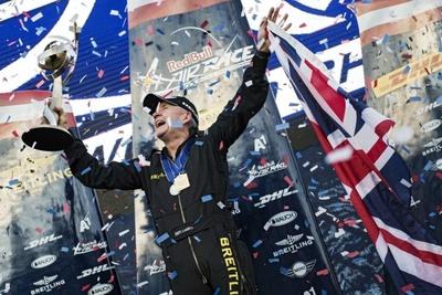 シリーズポイントで2位につけるハンネス・アルヒ選手のあまりの調子の良さに、最後までギリギリの戦いを強いられたナイジェル・ラム選手。シリーズチャンピオン獲得の喜びもひとしお!