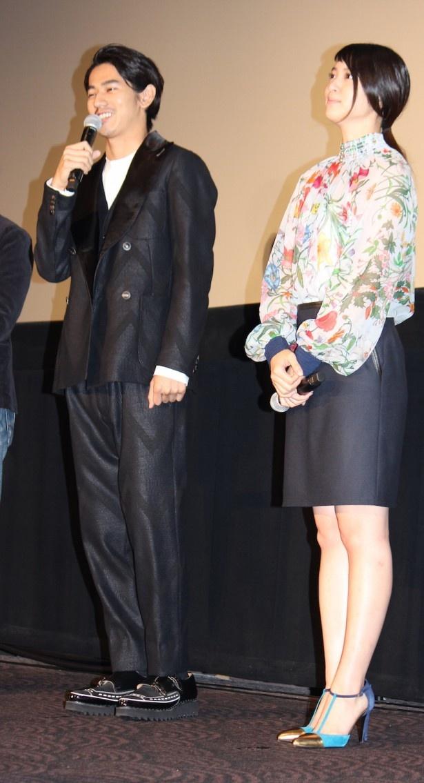 【写真を見る】武井咲はブルーの鮮やかなブラウスにミニスカートで登場!全身写真はこちら