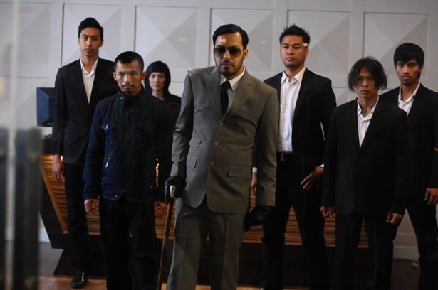 新興ギャングや日本の極道を巻き込み、血で血を洗う三つ巴戦へ!