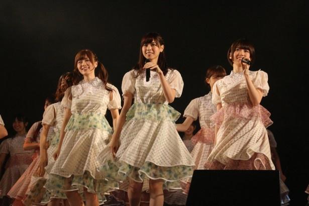 早稲田大学学園祭に登場し、14曲を熱唱した乃木坂46の(前列左から)白石麻衣、西野七瀬、橋本奈々未ら