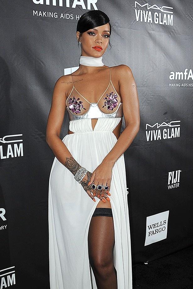 【写真を見る】遠くから見ると胸の部分には何も着けていないように見えるリアーナのドレス