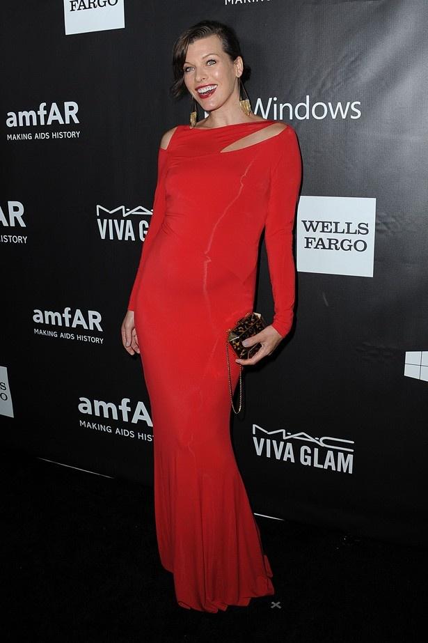 真っ赤なドレスがお似合いのミラ・ジョヴォヴィッチ