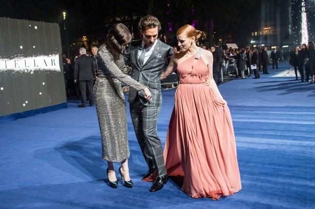【写真を見る】マシューがドレスの裾を踏んでいることを指摘するアン