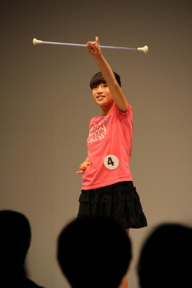 エントリーNo.4の兵庫県出身の太田朱音(11)は、かわいらしいバトン演技で会場を注目を集める