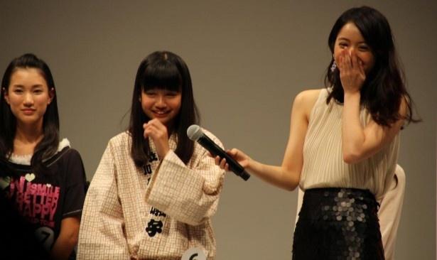子供らしいかわいい表情を見せる中村麗乃に、佐々木希も笑顔がこぼれる