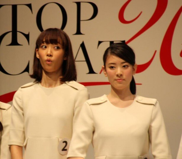 「With」賞の受賞が決定した瞬間の山崎あみ(左)