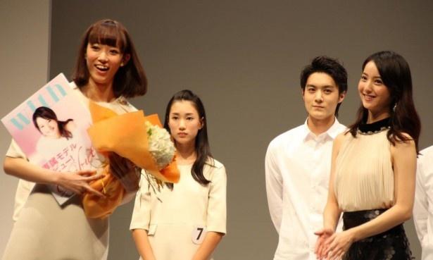 with賞を受賞した山崎あみは、先輩の佐々木希から花束で祝福を受ける