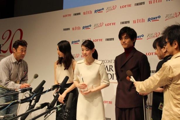 初めての囲み取材に臨むグランプリ受賞者の小林京香