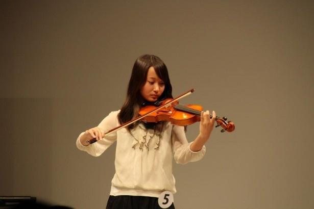 内堀優果は特技のヴァイオリンで映画「アナと雪の女王」のテーマ曲を演奏し、会場を沸かせた