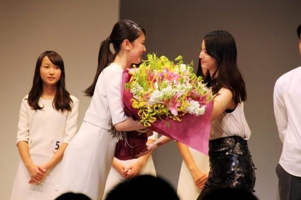 【写真を見る】グランプリを受賞した小林京香を満面の笑みで祝福する佐々木希