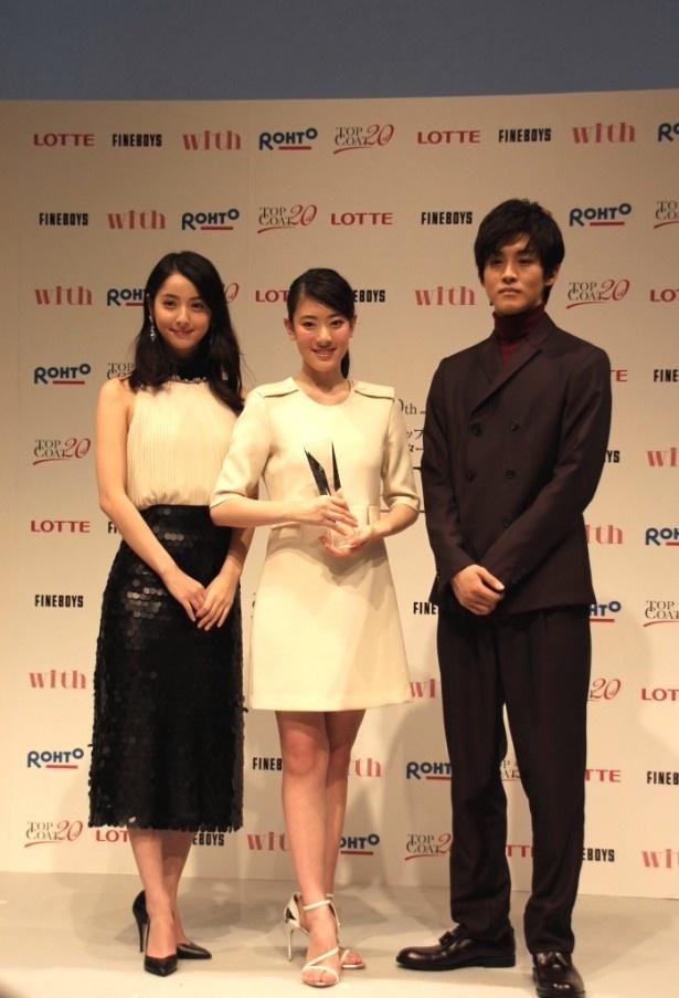 「トップコート20thスターオーディション」の最終審査会に登場した(左から)佐々木希、グランプリに輝いた小林京香、松坂桃李