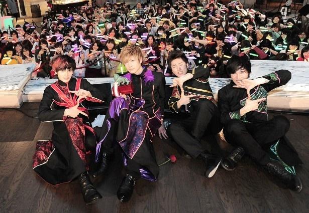 「チームZ」と呼ばれるファンたちと一緒に「Z」ポーズをするカスタマイZ。左からGORO(ボーカル&ギター)、HAMA(ボーカル)、DAICHI(ドラム)、HIROKI(ベース)