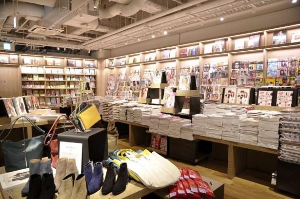 雑誌や書籍とリンクしたファッションアイテムや雑貨が並ぶB1。見ているだけで楽しくなる