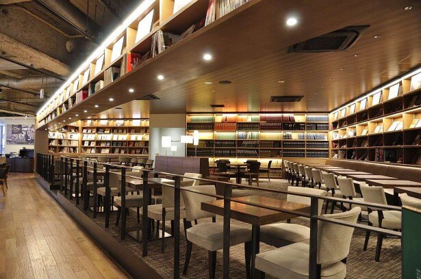 2Fのスターバックスコーヒー。静かで洗練された空間は読書にもよさげ