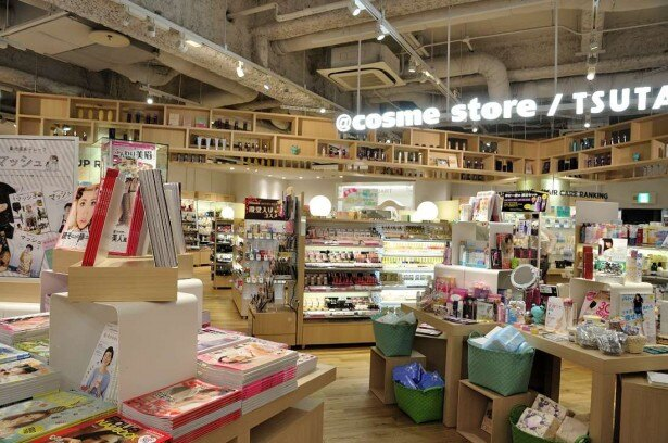 @cosme storeのフロアには、美に関する書籍や雑誌も並び、女子力も強化できそう
