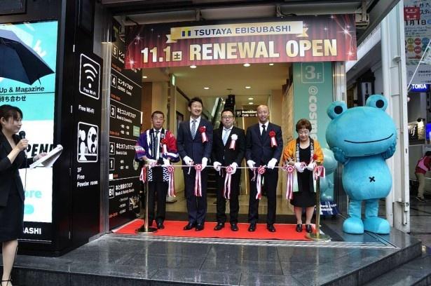 リニューアルオープンでは、カルチュア・コンビニエンス・クラブ執行役員の久保田加津也氏(中央)らによるテープカットも行われた