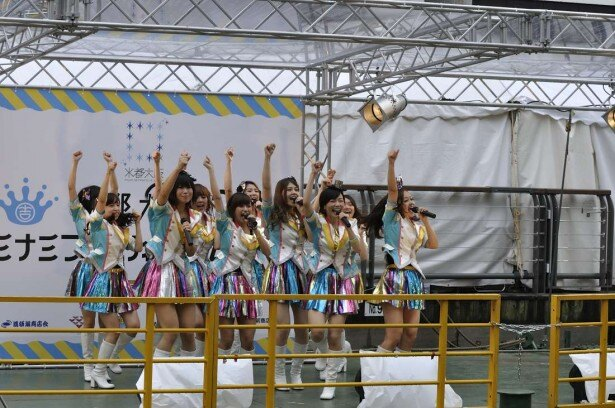 水都大阪ミナミフェスティバルのオープニングライブを務めたよしもとのアイドルユニット「つぼみ」