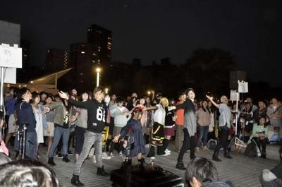 参加者も一緒に踊る「町踊ってみた」。曲は町会議ではおなじみの「夏恋花火」