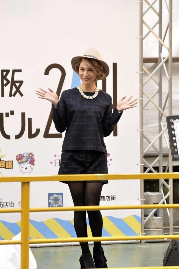 日本女子博ファッションショーにはタレントの水沢アリーもモデルで出演