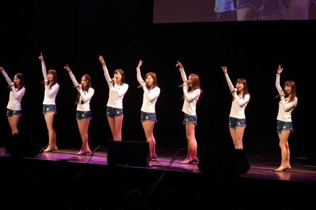 ステージに登場した候補者の8人はまず全員で課題曲「Little Sunshine」を歌う