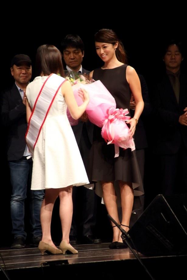 スペシャルプレゼンターの深田恭子が登場し、グランプリの生田に花束を贈呈する