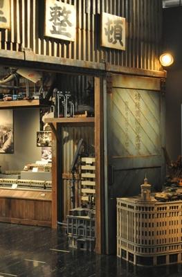 会場内には、特撮美術倉庫が出現!特撮で使用されたミニチュアだけでなく、ミニチュア作成時に使われた道具や器具も展示されている。写真は入口
