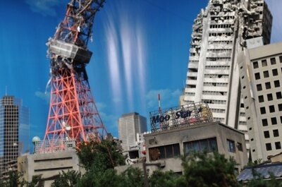【写真を見る】日常的な光景を再現し、高層ビルやシンボルタワーの崩壊を描いた「特撮スタジオミニチュアステージ」