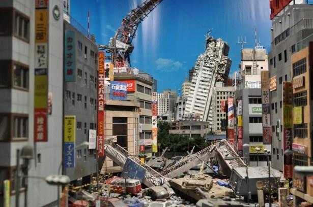 「特撮スタジオミニチュアステージ」では、倒壊した東京タワーは溶けた鉄の質感までリアルに表現されている