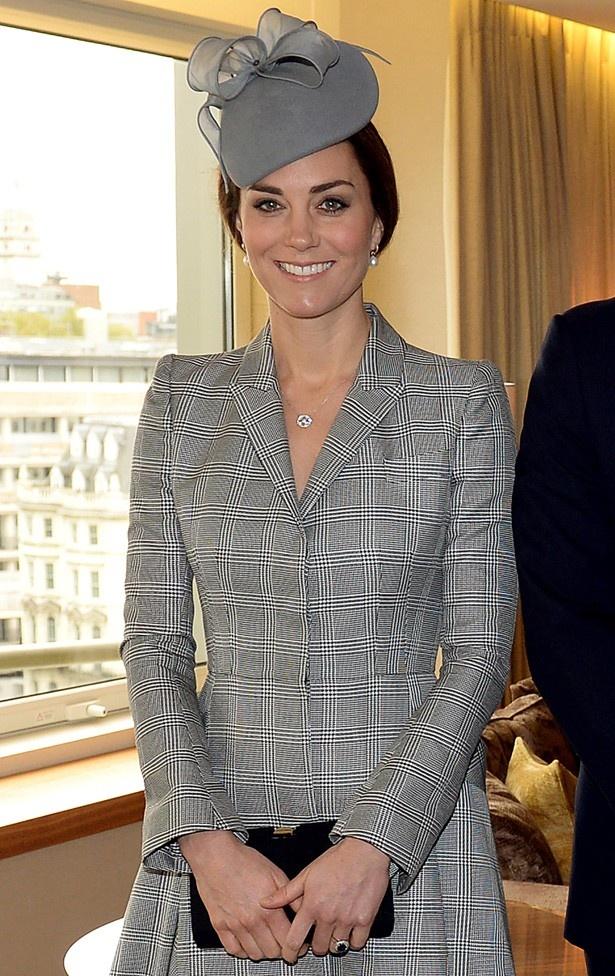 【写真を見る】アレクサンダー・マックイーンのコートドレスでご公務復帰!