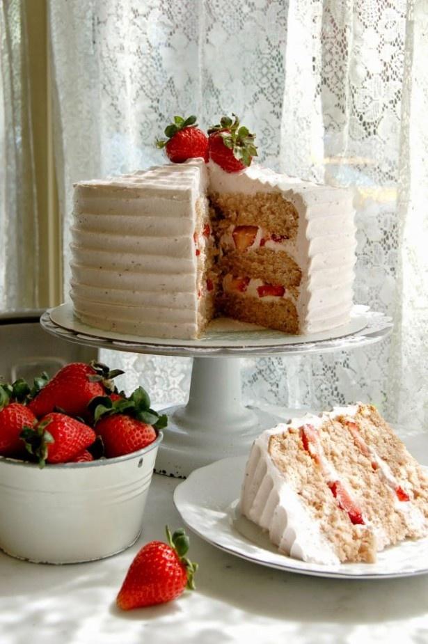 大粒のイチゴをたっぷりと使用した「ストロベリー ケーキ」(税抜730円/スライス、税抜7300円/ホール)