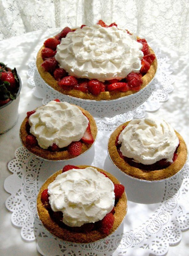 甘酸っぱいイチゴとクリームのまろやかな風味を堪能できる「ストロベリー アイスボックスパイ」(税抜880円)