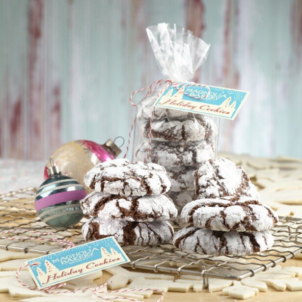 チョコレート味のクッキーに粉砂糖をトッピングした「チョコレート クリンクル クッキー」(税抜180円)