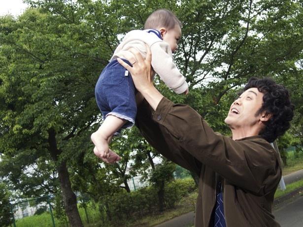 妻だけでなく生まれたばかりの息子も残して他界したユウタロウ(大泉)