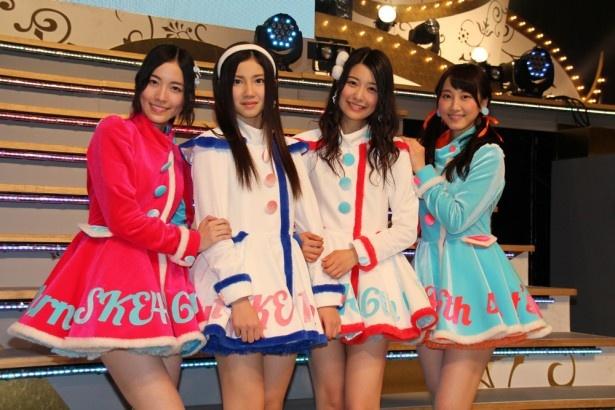 SKE48の16枚目のシングル「12月のカンガルー」で新センターを務める宮前杏実(右から二人目)、北川綾巴(左から二人目)と、二人を支える松井珠理奈(左端)、松井玲奈(右端)