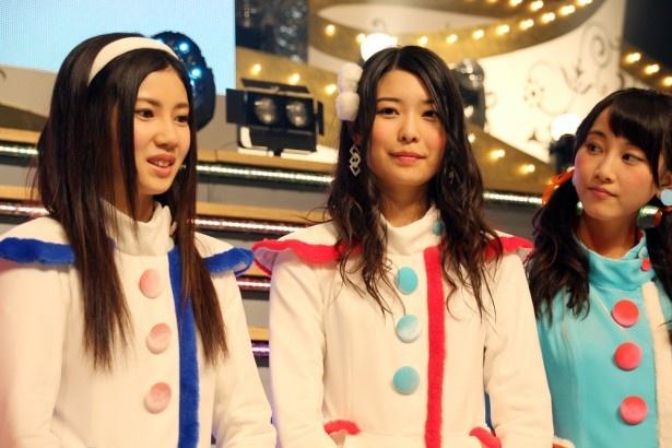 【写真を見る】美乳だとSKE48メンバーも認める宮前杏実(中央)が「グラビアやります」宣言でファンも歓喜!