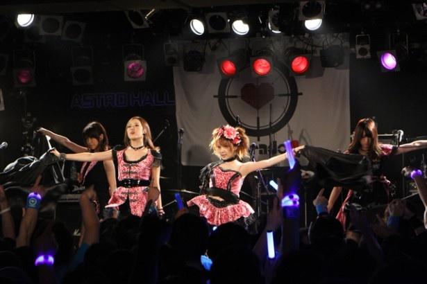 黒いマントを脱ぐと、ピンクと黒が基調になったメンバーそれぞれ異なったドレッシーな姿に