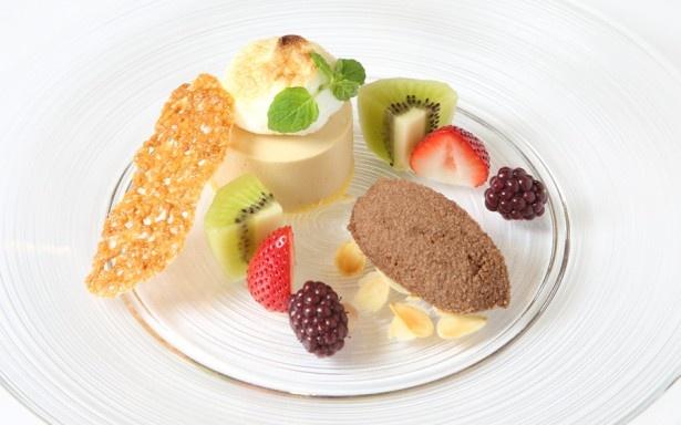 なめらかな口当たりのデザート「健康茶 ルイボスティー甘いカカオの香り 紅茶のフランとフルーツにシャーベットを添えて」