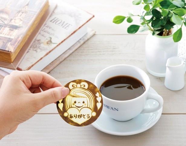 シートをのせるだけで、簡単にラテアートが楽しめる「デコラッテ」。コーヒー、ミルク、カフェラテなどお好みの温かいドリンクにどうぞ