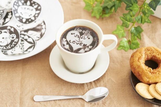 温かい飲み物に置くと、液面にイラストや文字を描いたように変身!