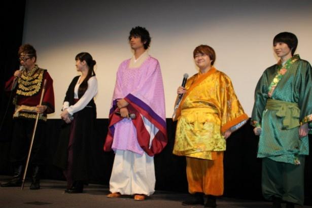 【写真を見る】斎藤工や貫地谷しほりが西遊記のカラフルな衣装で登壇