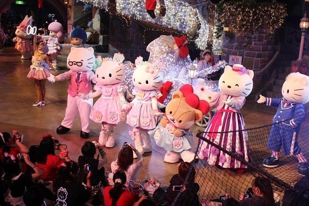 キティとミミィを祝うパレードが開催された