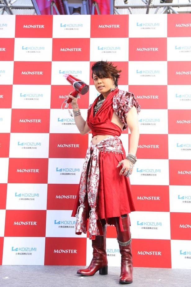 【写真を見る】商品のイメージカラーで風神をモチーフにした衣装を来た西川貴教