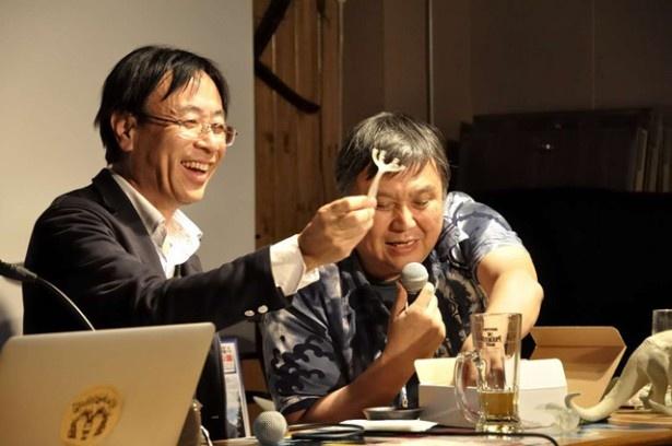 宮脇社長が持参した生命の樹の「ポリプ」のフィギュアに笑顔を見せる白井館長