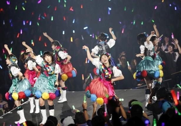 ステージの「花道」で踊る私立恵比寿中学