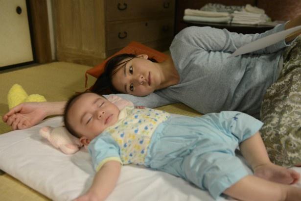 【写真を見る】新垣結衣が初の母親役にトライ。赤ちゃんを見る母親の優しい目線に注目