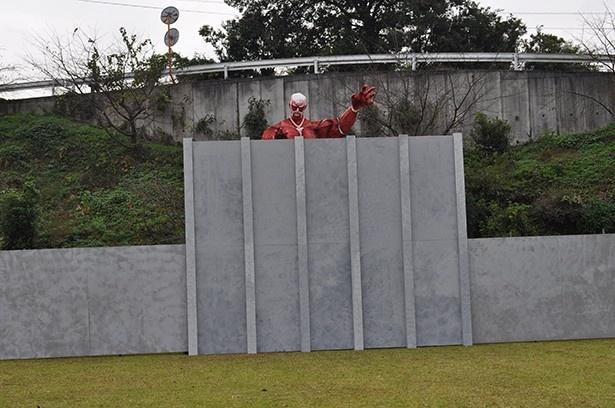 巨人オブジェの壁面には、ファンだけではなく諫山氏が描いた巨人も!