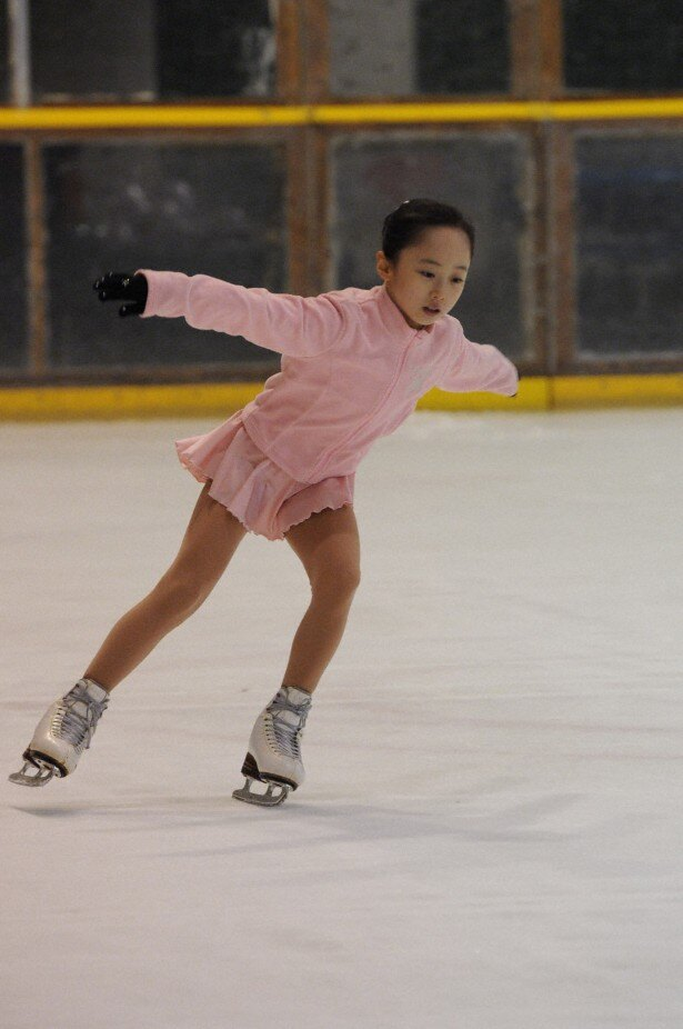 【写真を見る】天才フィギュアスケーター役を演じる本田望結が華麗な滑りを披露
