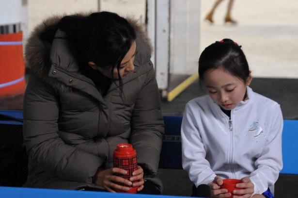菊川がふんする貧乏家庭教師・夏美の今度の教え子は天才フィギュアスケーターの愛梨