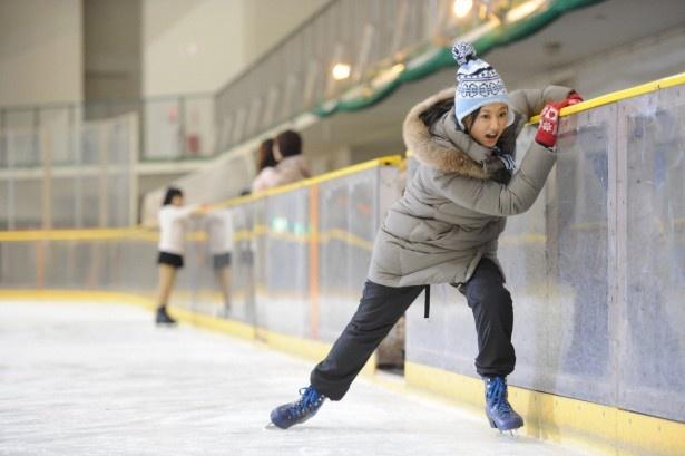 幼少期以来、久しぶりにスケートに挑んだ菊川は「意外と体が覚えていた!」と感動。しかし、作中ではわざと転ばなければならず大苦戦