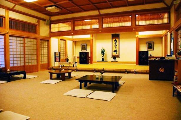 """【写真を見る】寺院の中にある喫茶店。広いスペースでゆったり""""喫茶去""""しよう。奥に見えるのがこだわりのオーディオ"""
